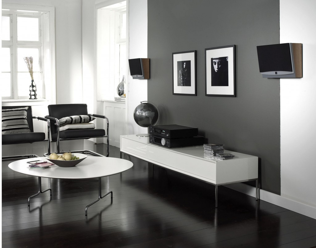 Черные обои в дизайне квартиры подчеркивают оригинальный вкус владельца