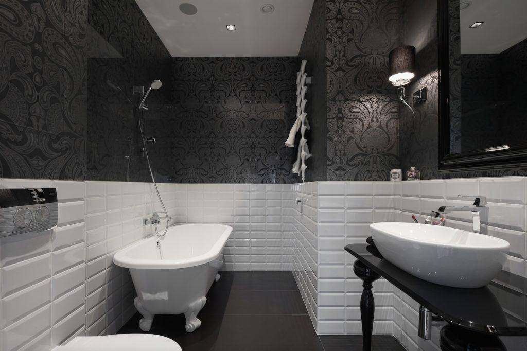Белая плитка и черные обои в ванной