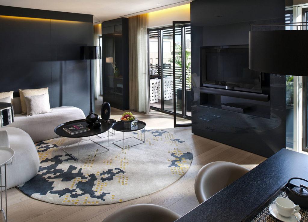Черные обои для стен смогут подчеркнуть изысканность и роскошь дизайна, подчеркнуть в комнате таинственную и романтичную атмосферу