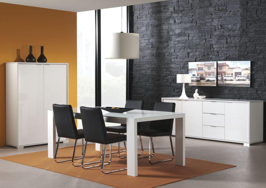 Черная каменная стена с желтыми обоями в столовой