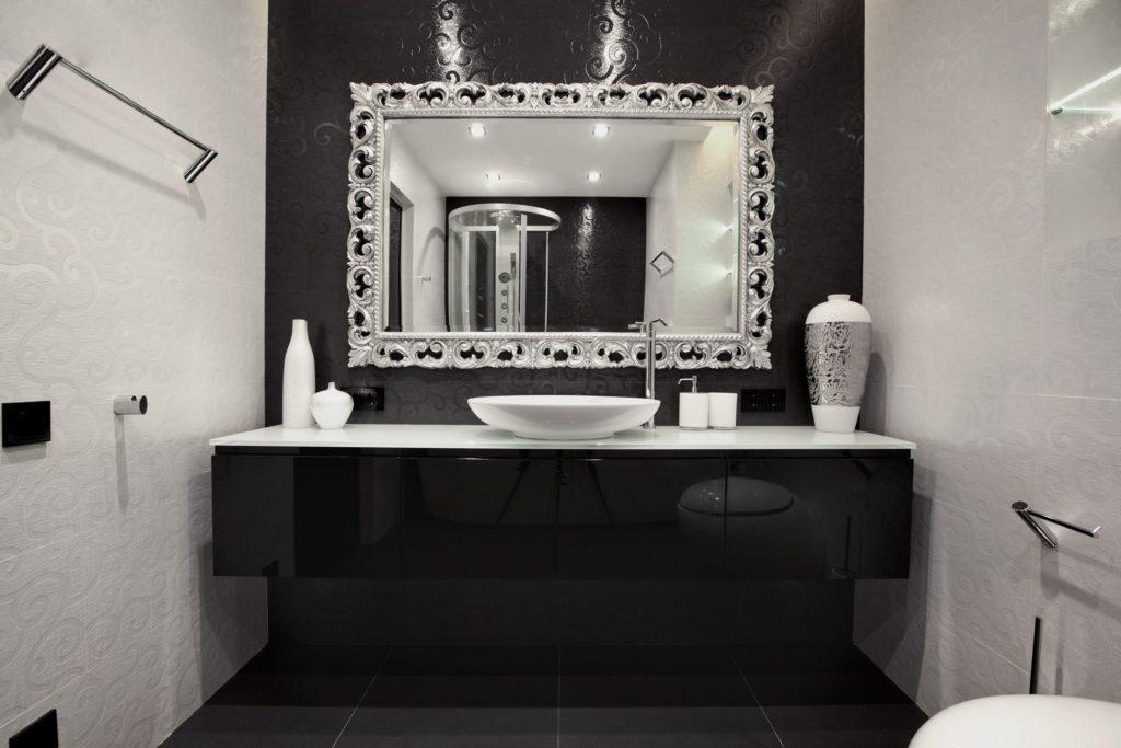 Черная и белая плитка с узорами в ванной