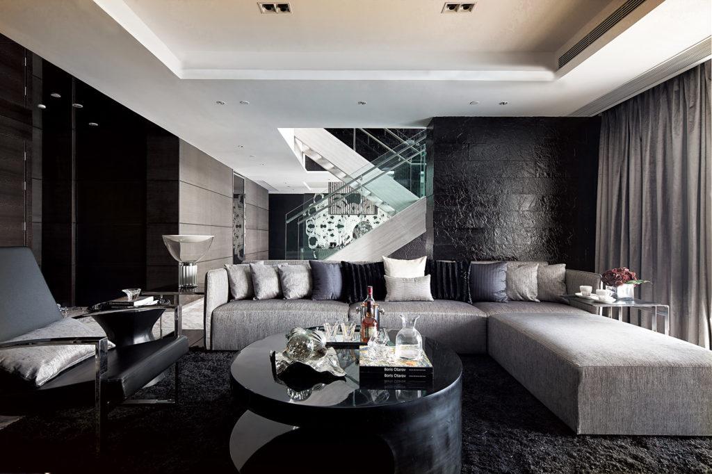 Черная каменная стена в гостиной
