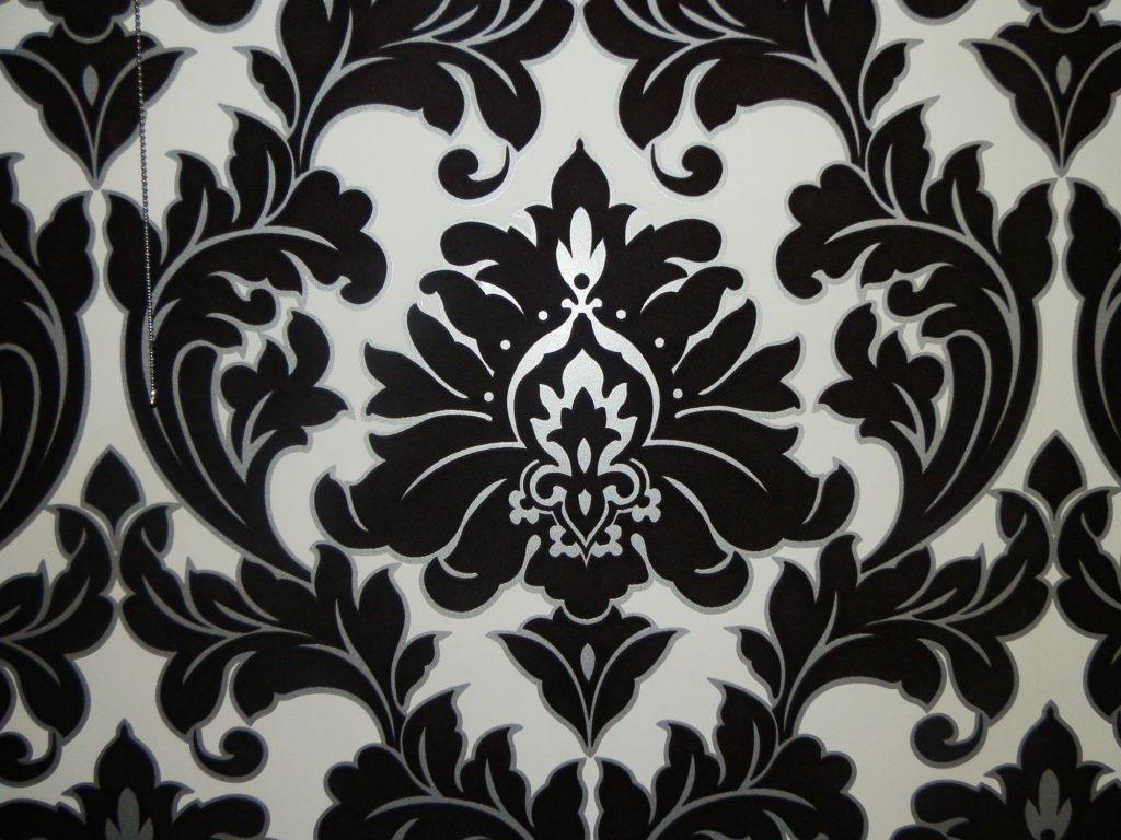 Черные обои с узором - прекрасное дополнение к интерьеру