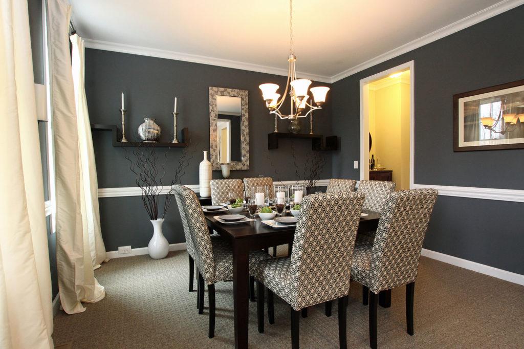Черно-белые стены в небольшой столовой