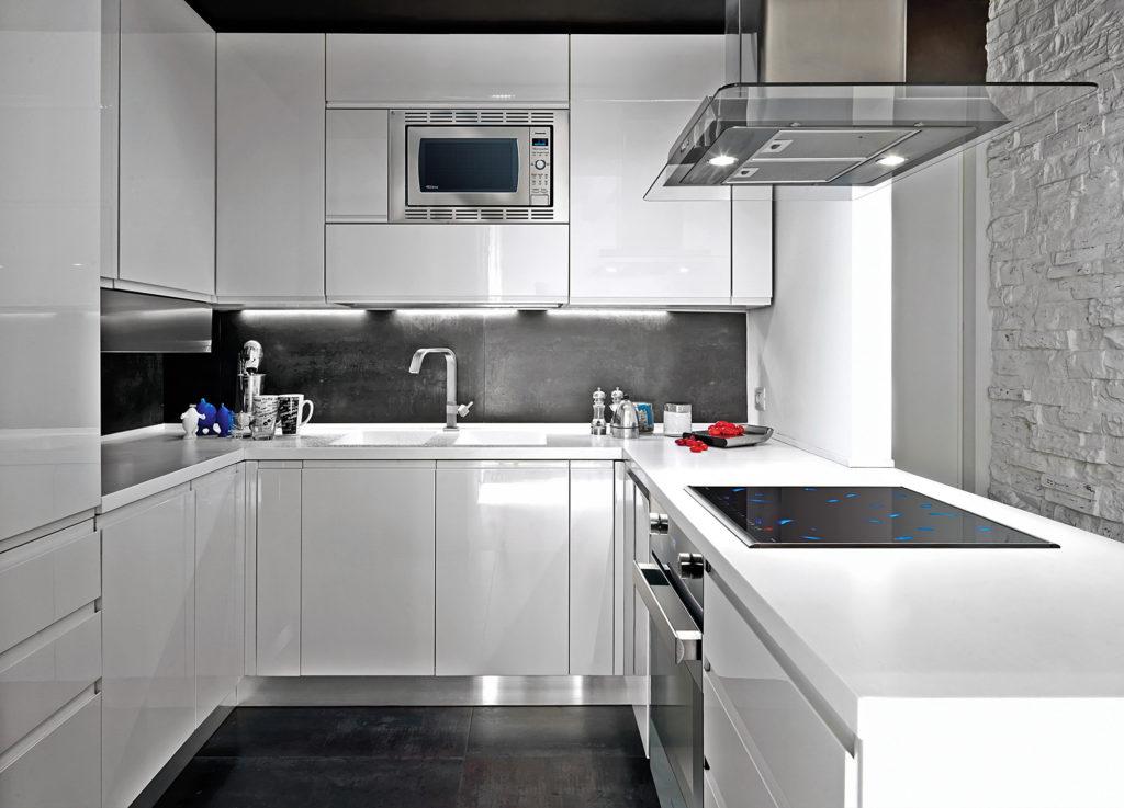 Светлая кухня с черными панелями