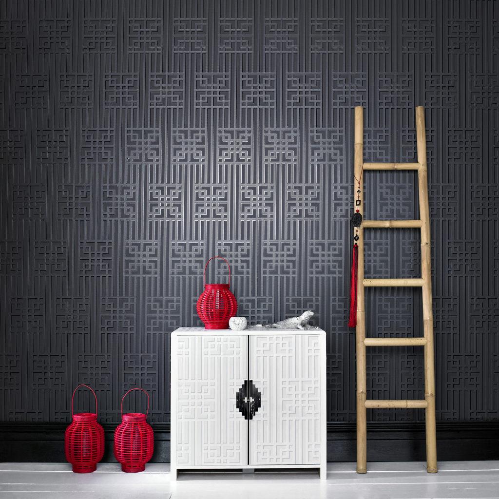 Черные обои лучше дополнять контрастной светлой мебелью
