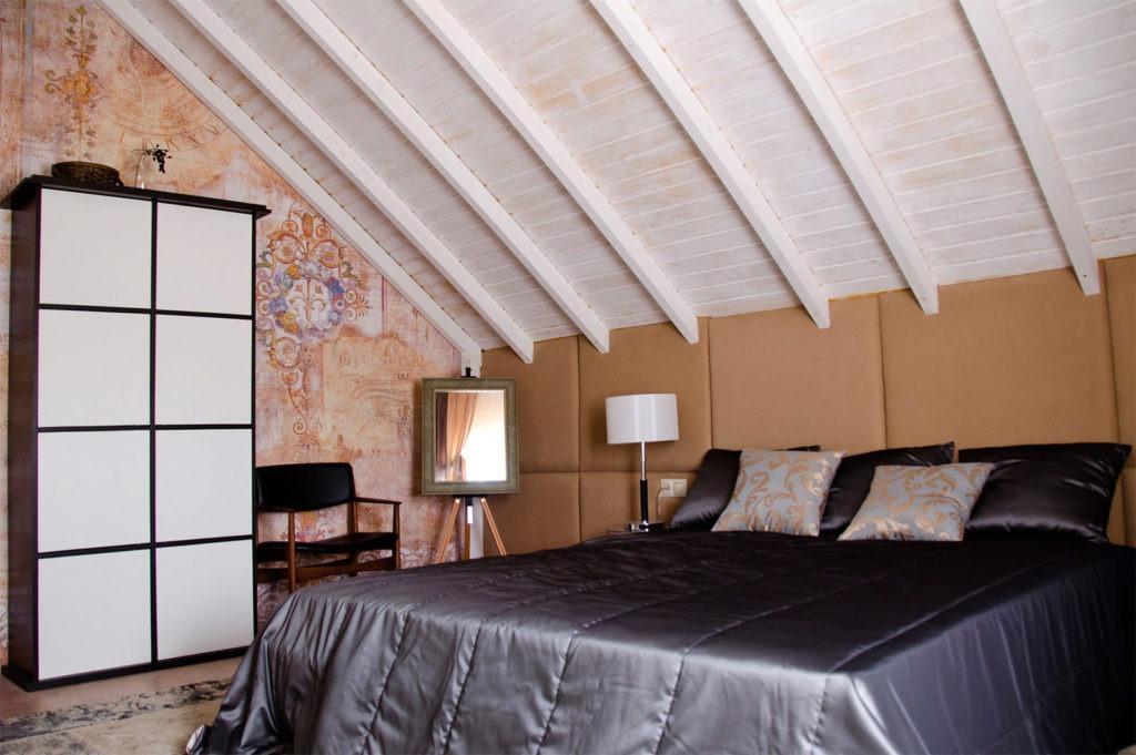 Классическая спальня в мансарде со шкафом купе