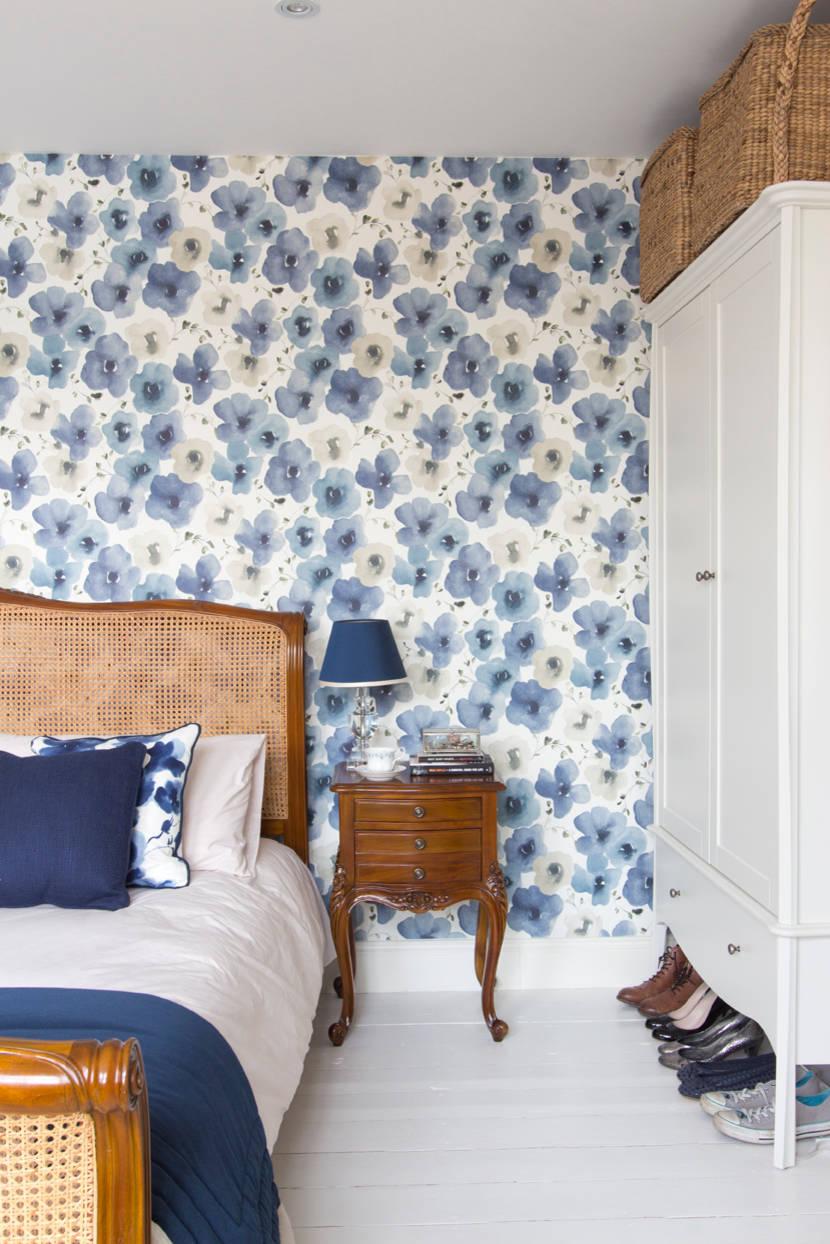Комбинирование обоев с цветами в спальне