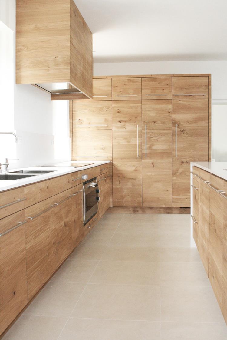 Расположение холодильника под дерево на кухне
