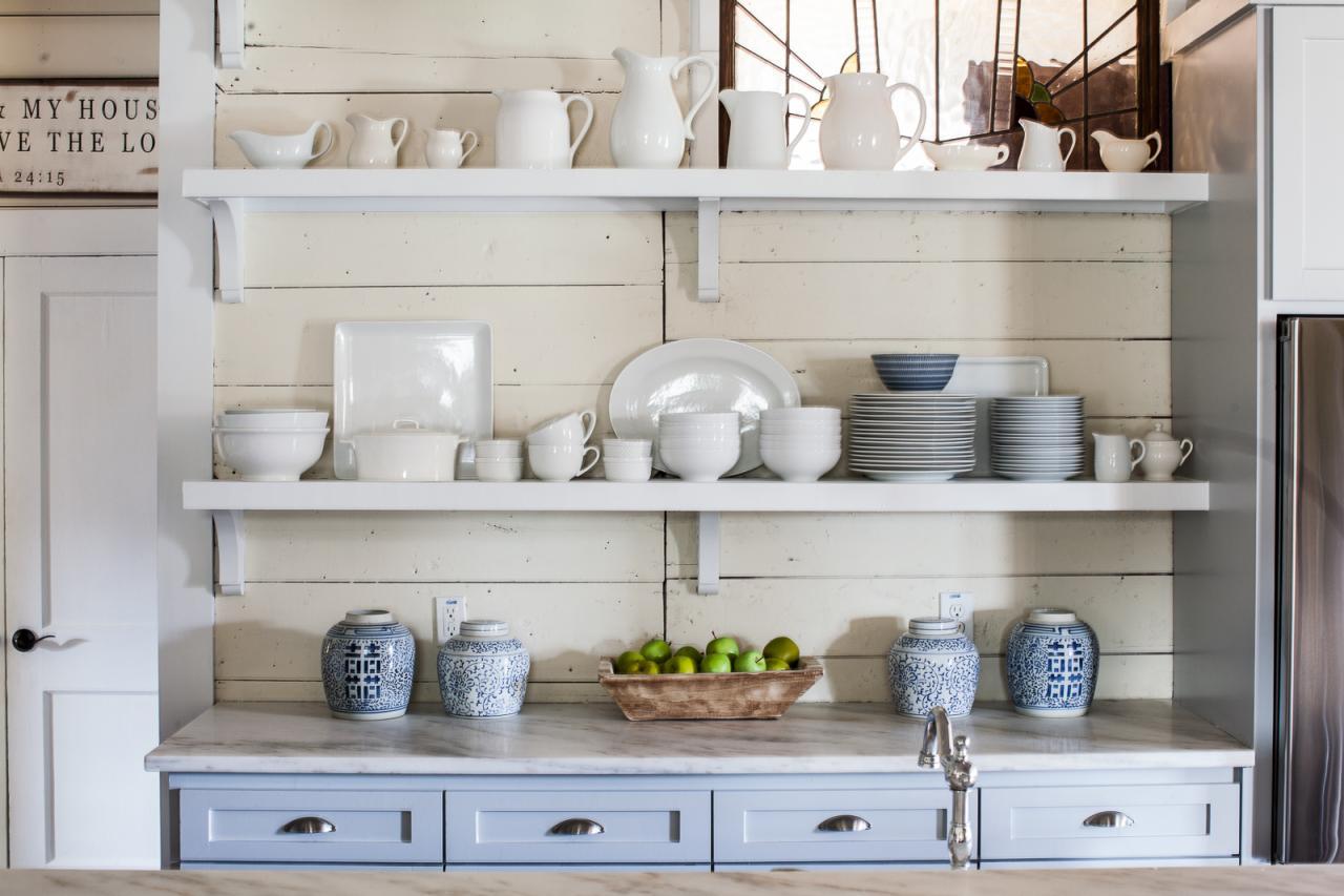 Кухня с полками в деревенском стиле