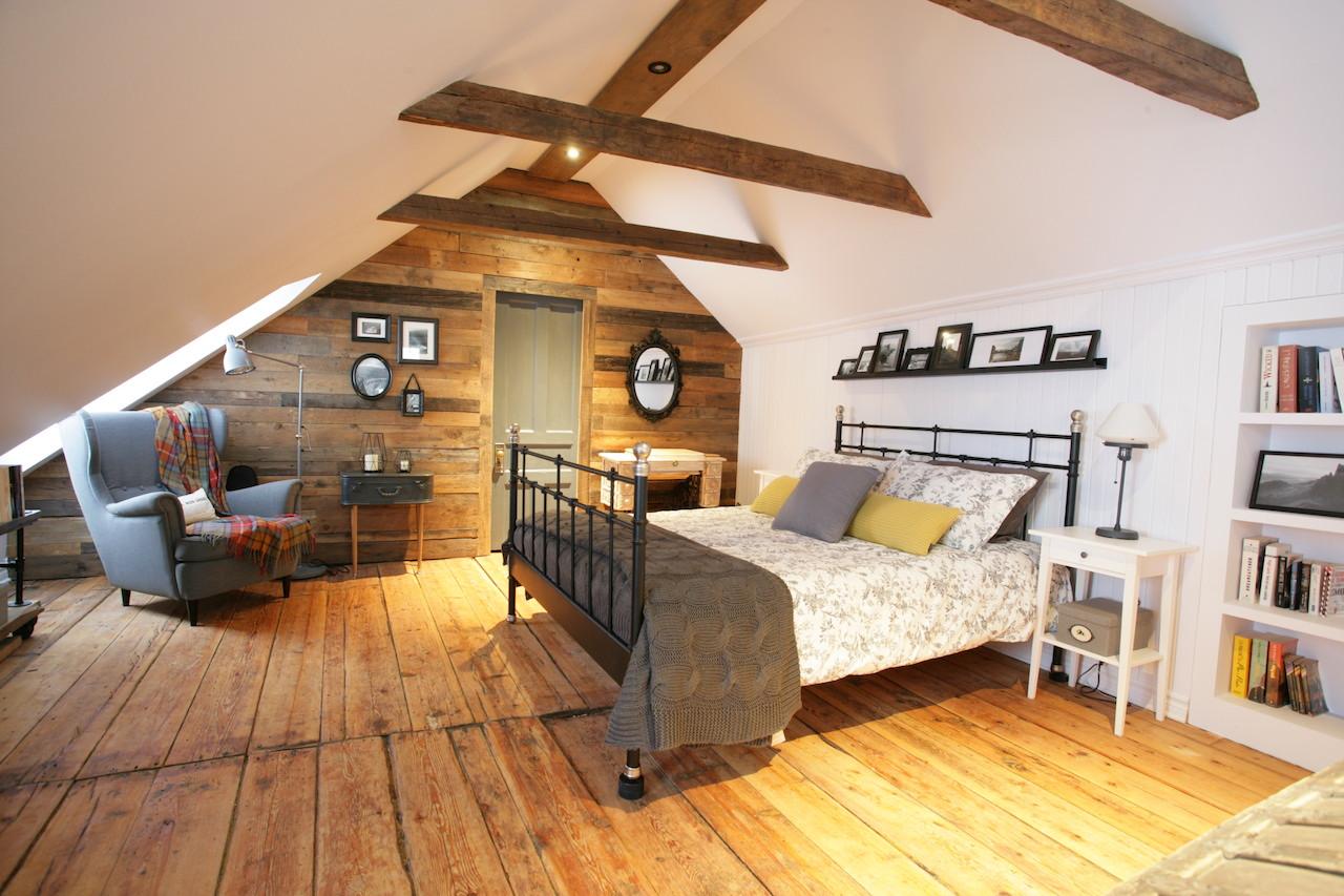 Спальня в мансарде из дерева