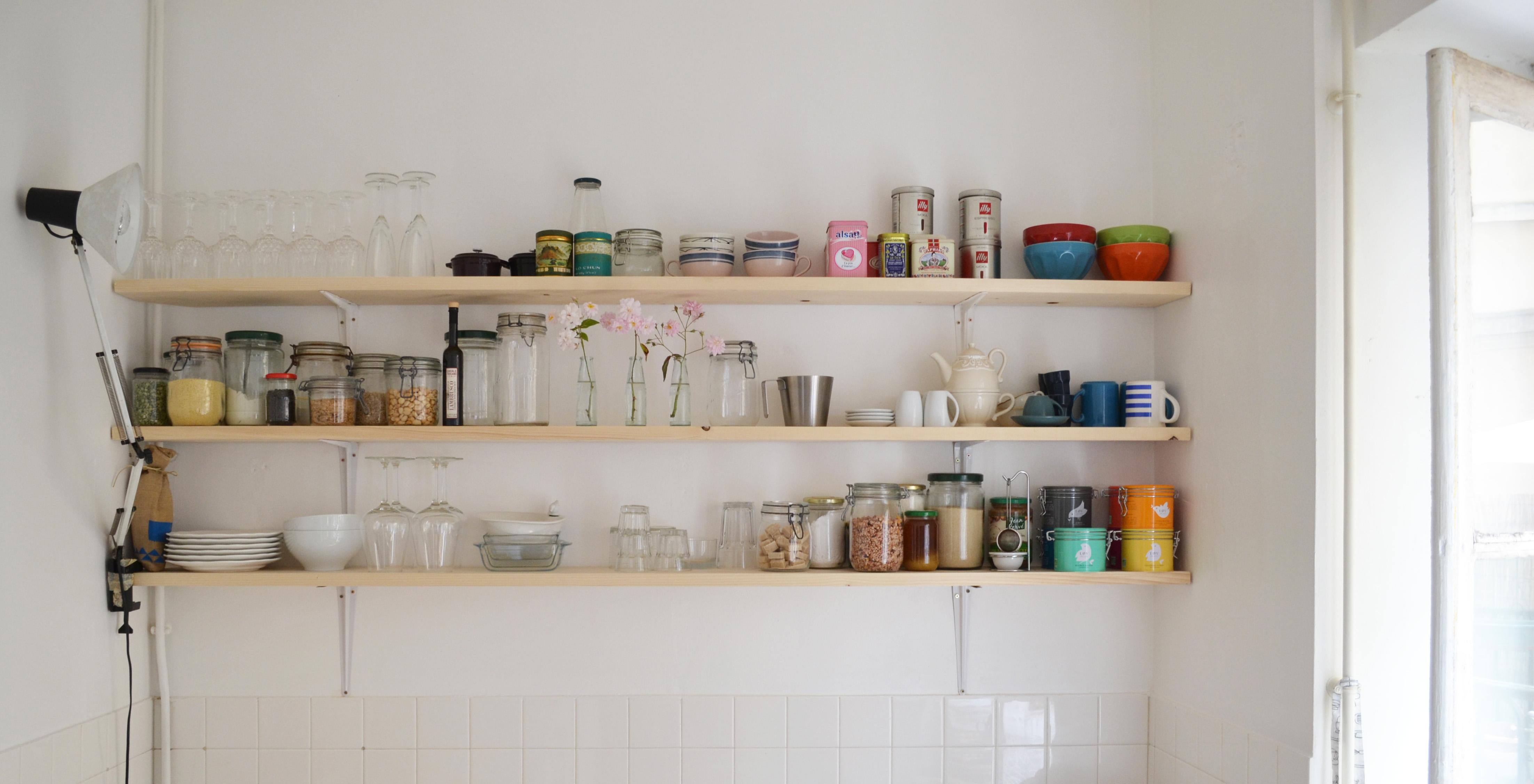 Кухня с деревянными полками
