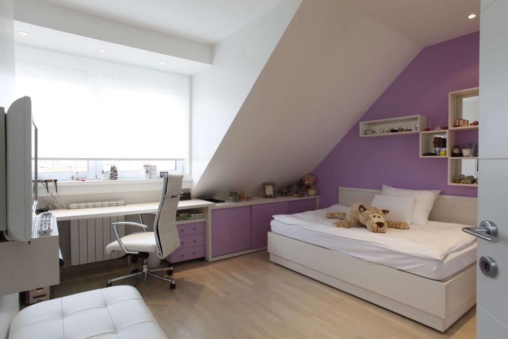 Современная мансардная комната для школьника