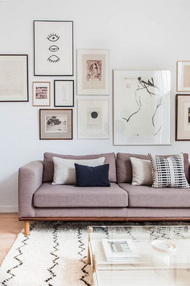 Картина в интерьере над диваном