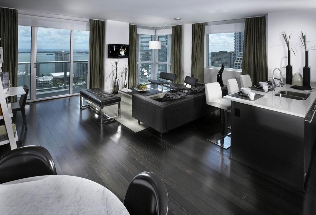 Современный хайтек дизайн совмещенных зала и столовой