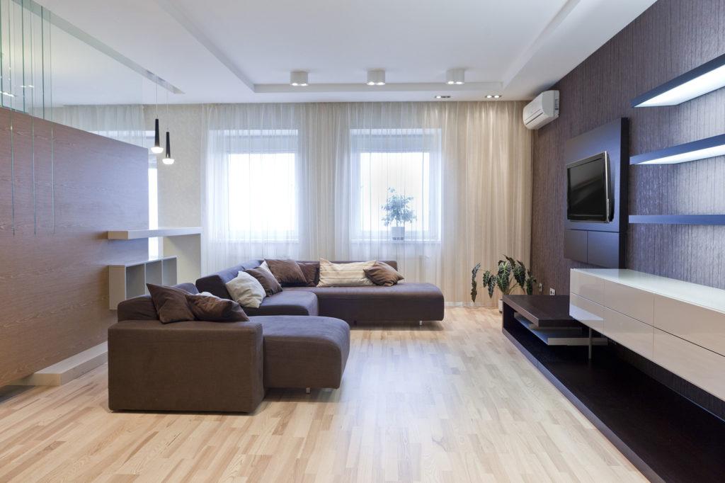 Дизайн просторной гостиной с дизайнерской перегородкой