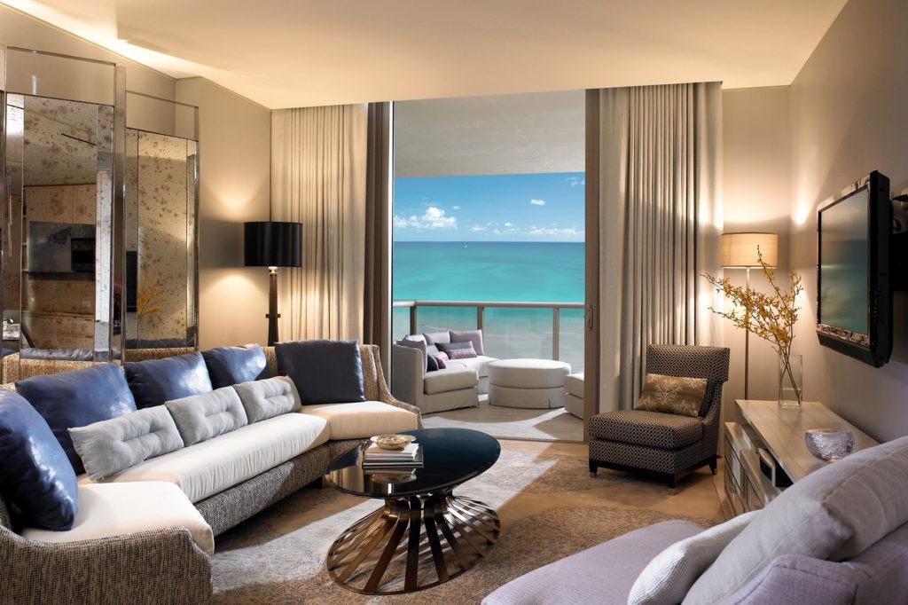 Красивая гостиная с видом на океан