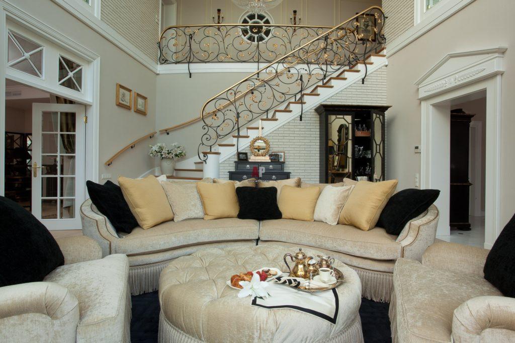 Стильная гостиная в классическом стиле