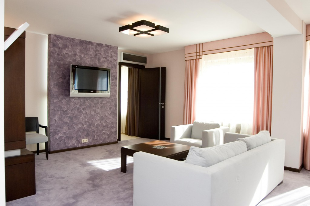 Светлый дизайн гостиной с белой мебелью