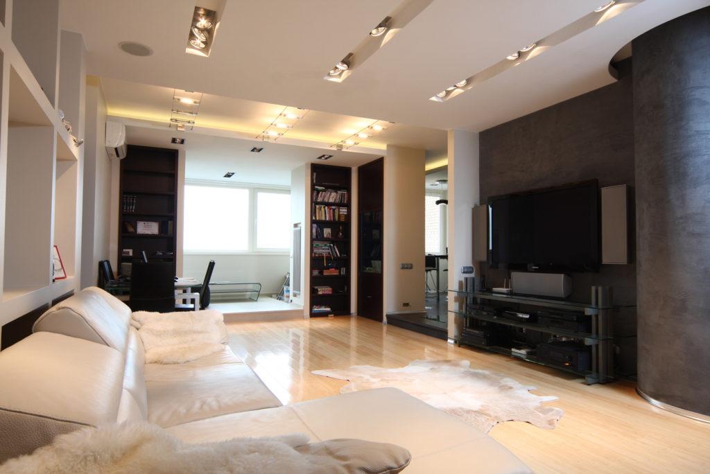 Черно-белый дизайн гостиной, совмещенной с рабочей зоной