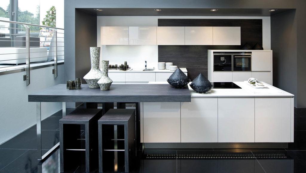 Тенденции цветовой палитры современной кухни в 10 кв м все чаще носят прохладный характер - доминируют белые, серые, а также черные оттенки. Пестрые орнаменты и яркие цвета можно увидеть лишь в исполнении кухонного фартука