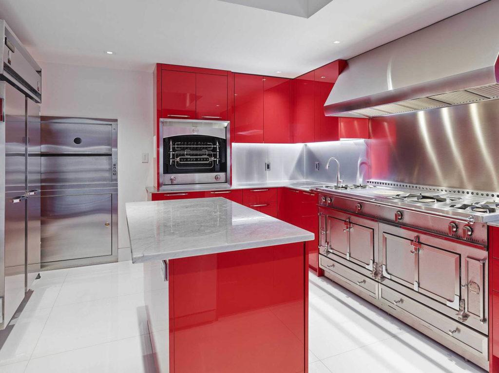 Кухня с металлической и красной отделкой