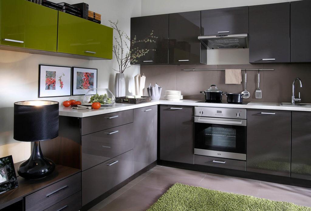 Бело-серая кухня с зелеными акцентами