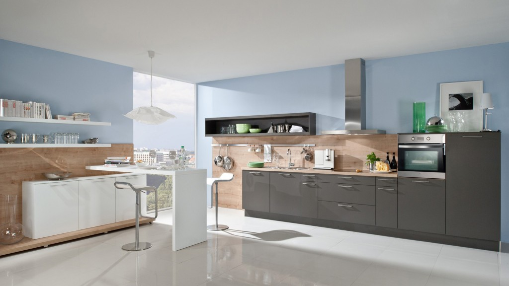 Кухня с голубыми стенами и деревянными панелями