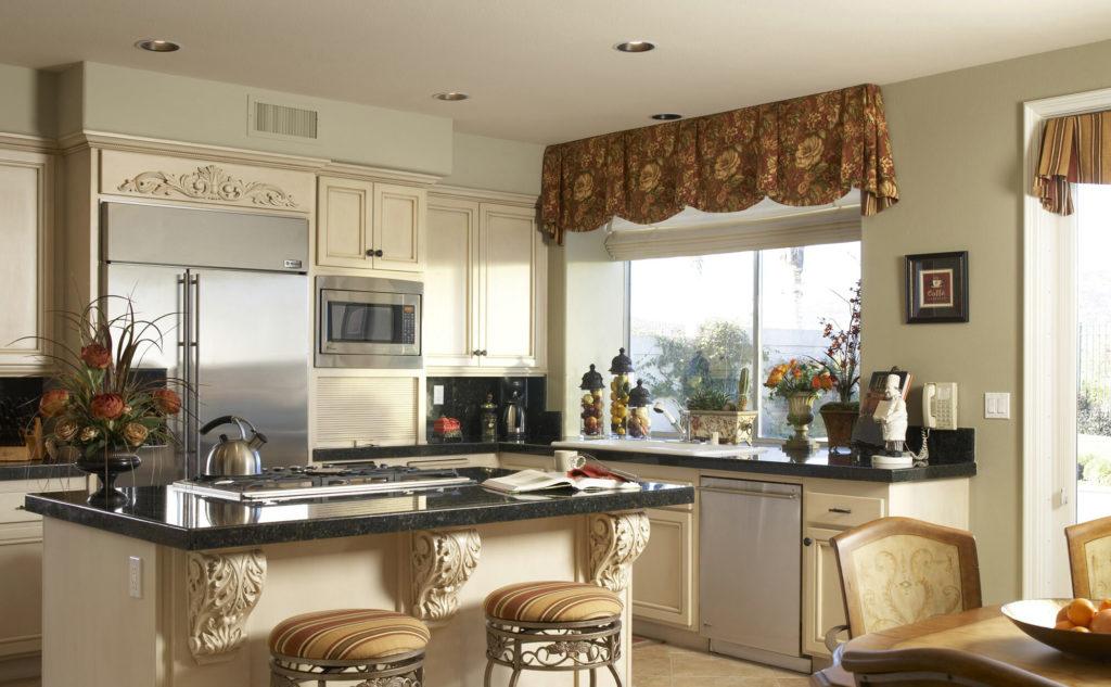 Красивые классические шторы для кухни