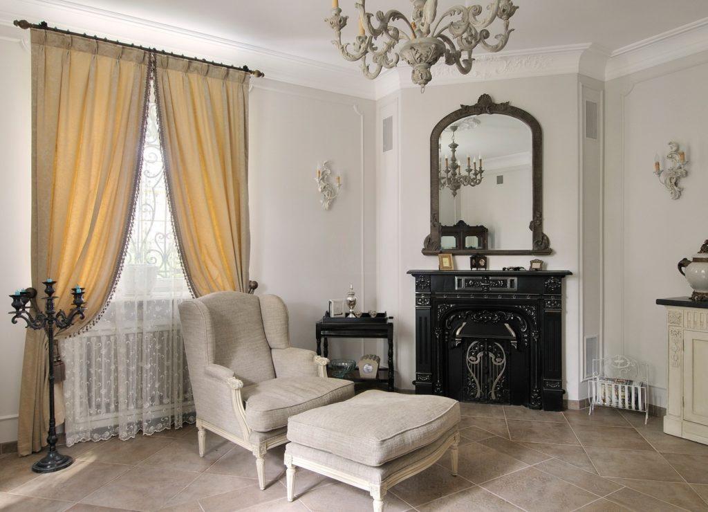 Бежевые шторы в готическом интерьере гостиной