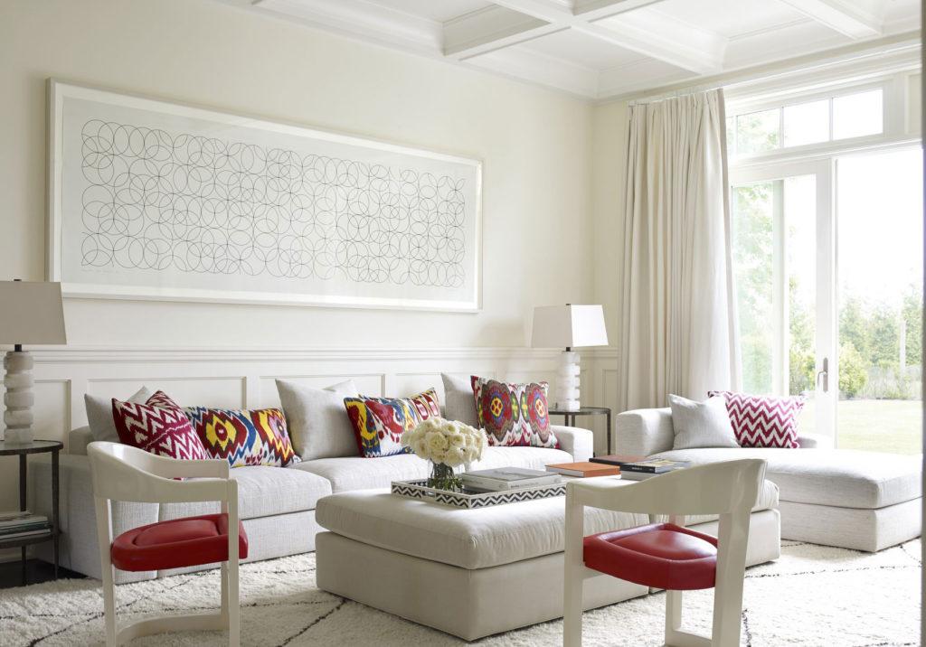 Белые шторы в светлом дизайне гостиной