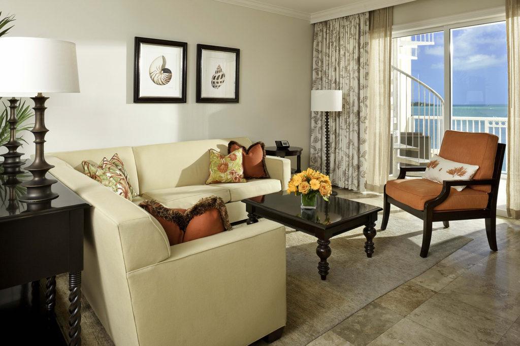 Красивые серые шторы с рисунком для гостиной