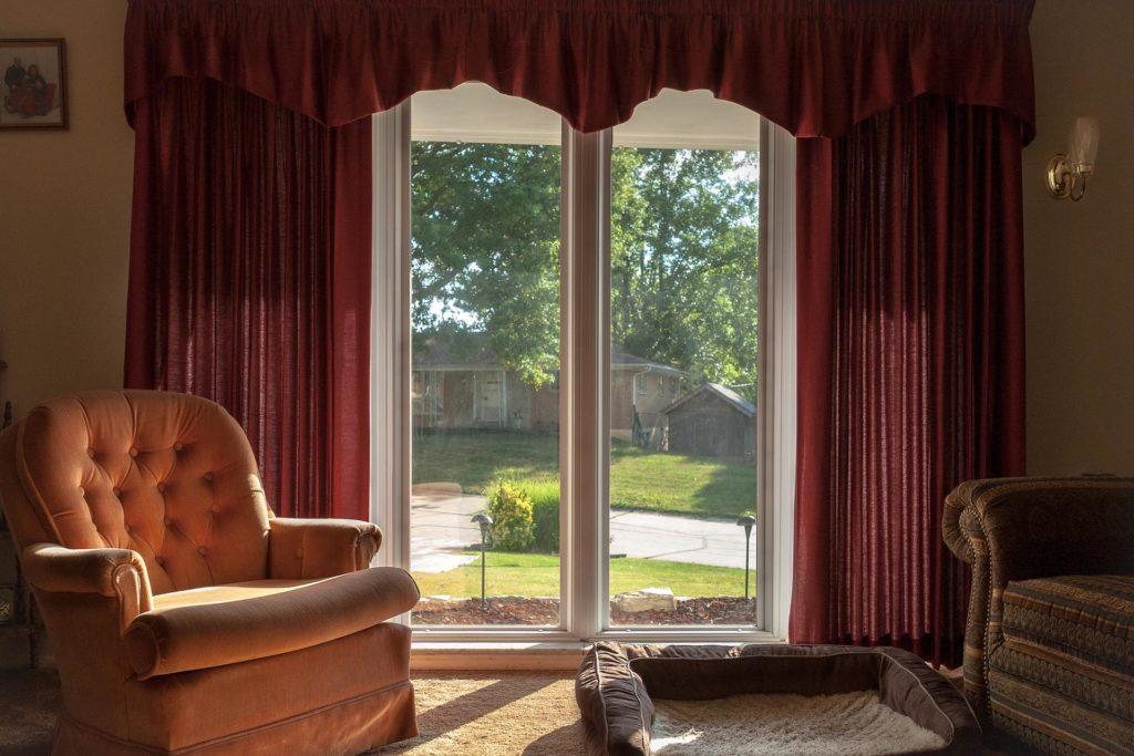 Бордовые шторы с ламбрекеном для гостиной