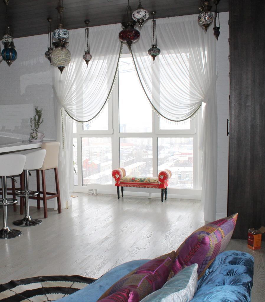 Прозрачные белые шторы с гостиной