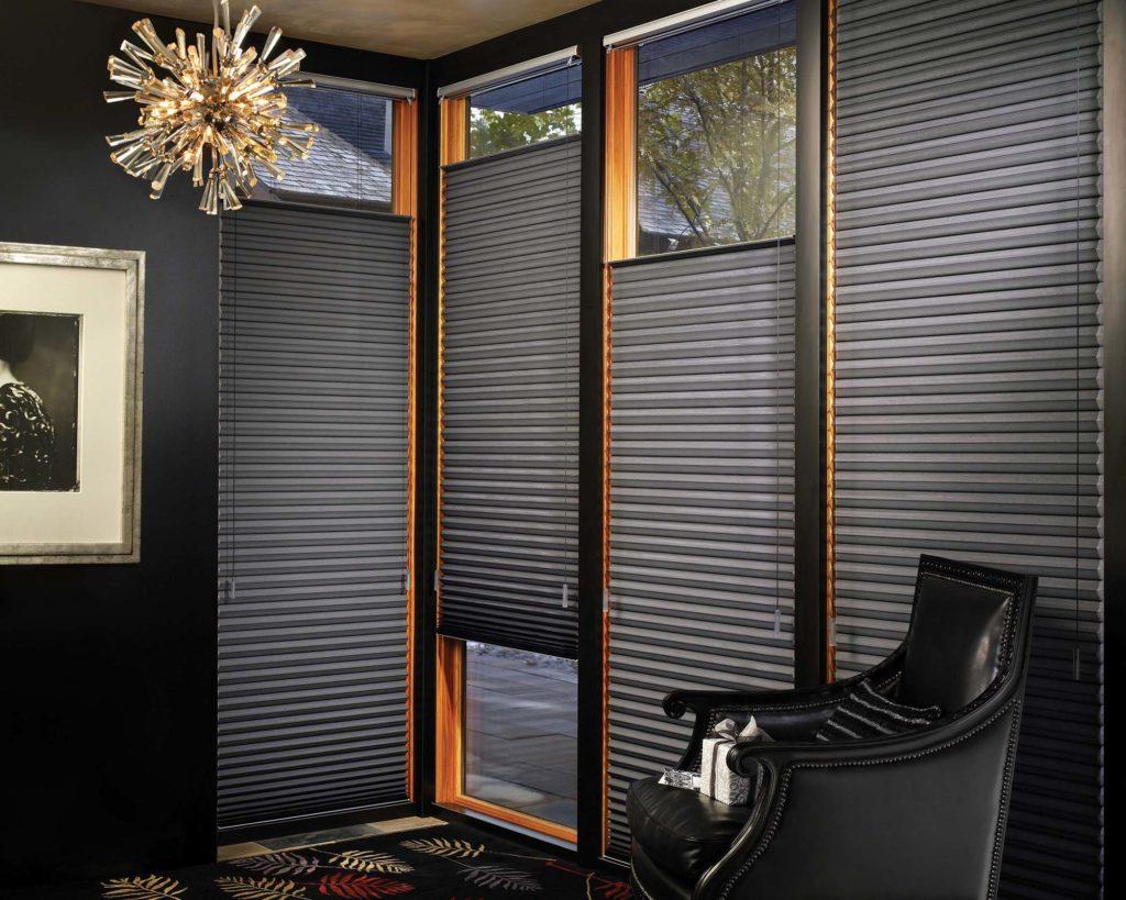 Черные необычные шторы для интерьера зала