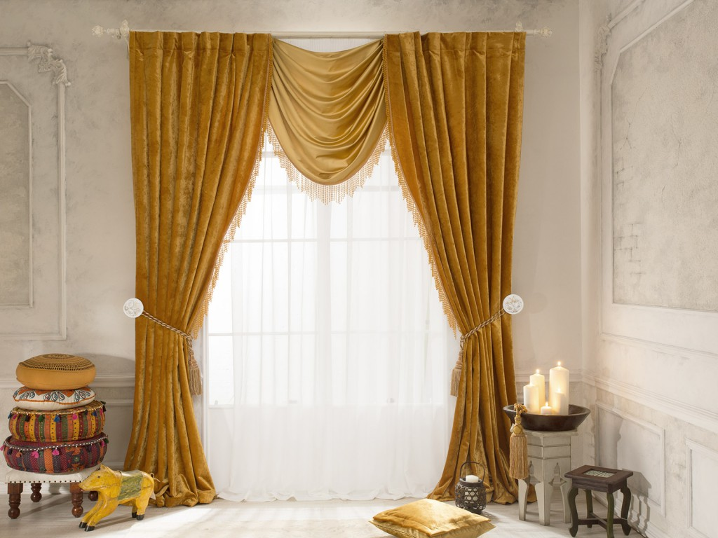 Бархатные шторы с ламбрекеном в интерьере гостиной