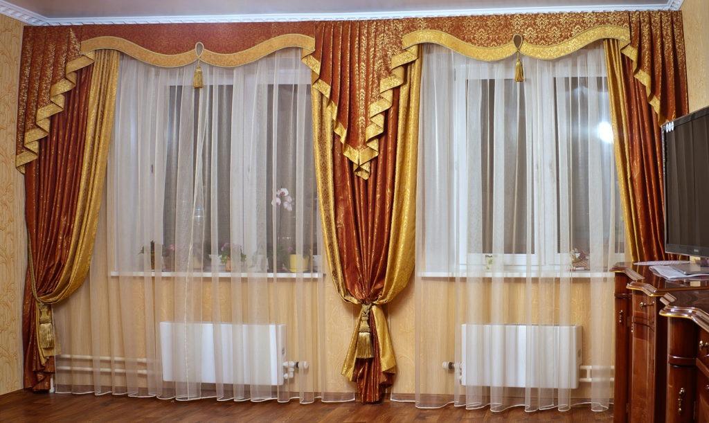 Стильные шторы с ламбрекеном для зала
