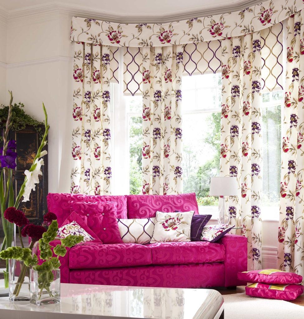 Яркие цветочные шторы с ламбрекеном в гостиной