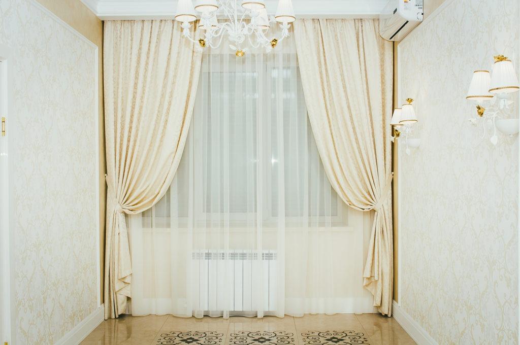Стильные бежевые шторы с узором в гостиную