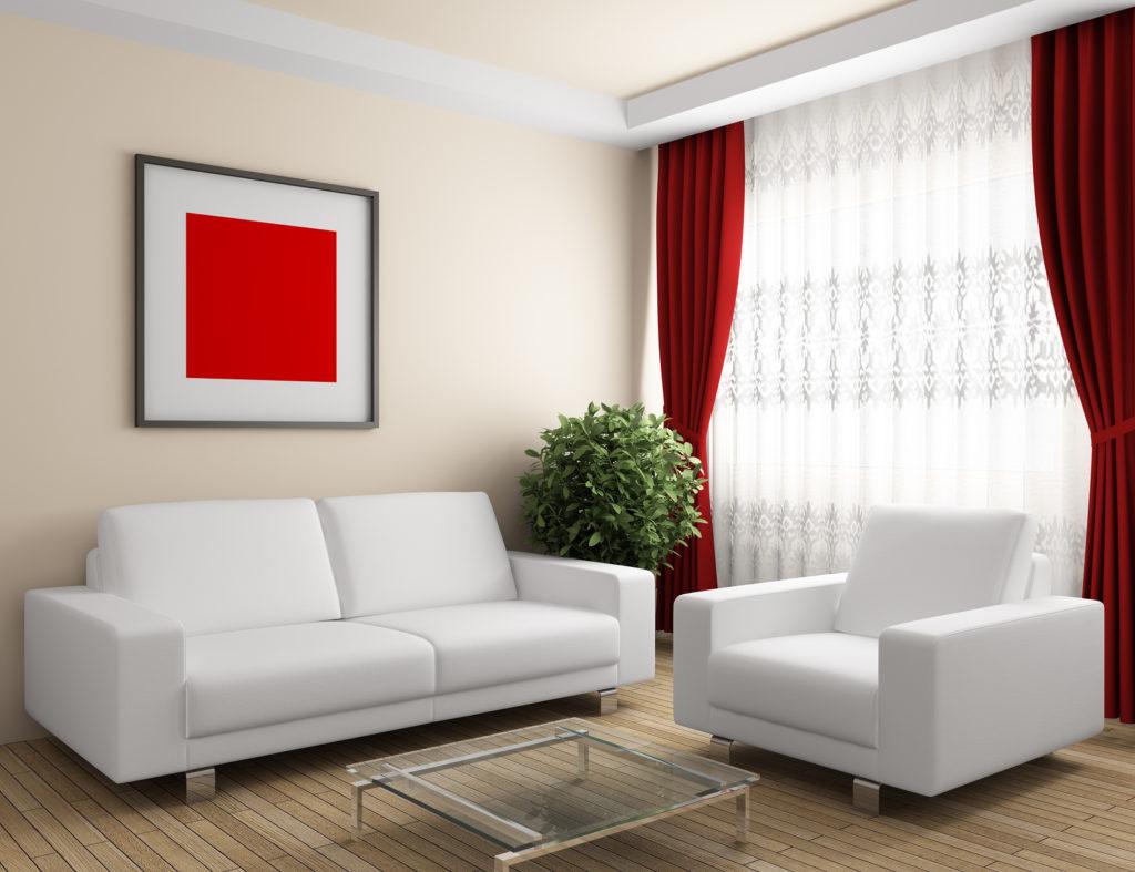 Красные шторы в спокойном интерьере гостиной