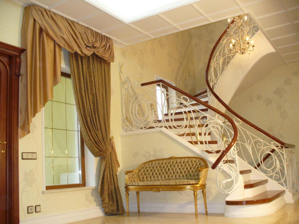 Золотисто-коричневые шторы с ламбрекеном для гостиной