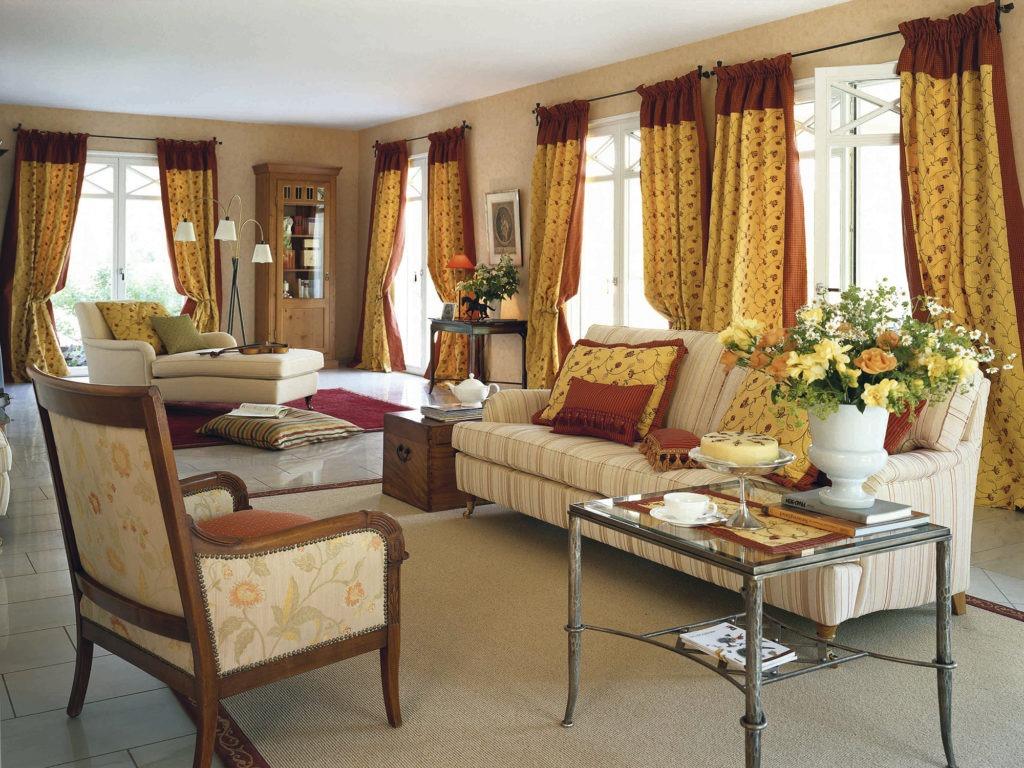 Красно-желтые шторы в интерьере гостиной в стиле кантри