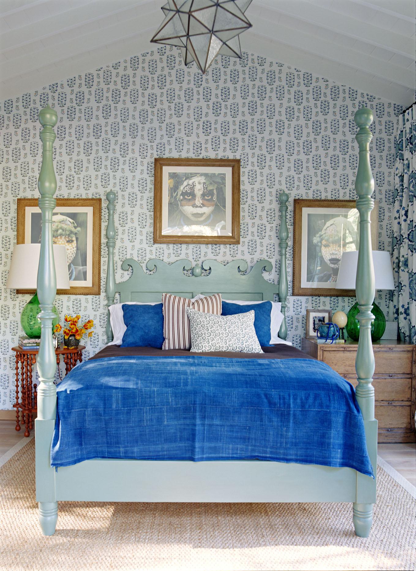 Комбинирование обоев в спальне дома