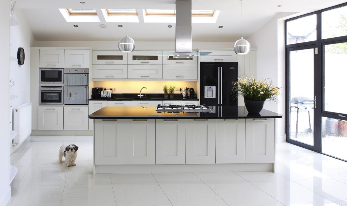 Расположение холодильника на кухне дома