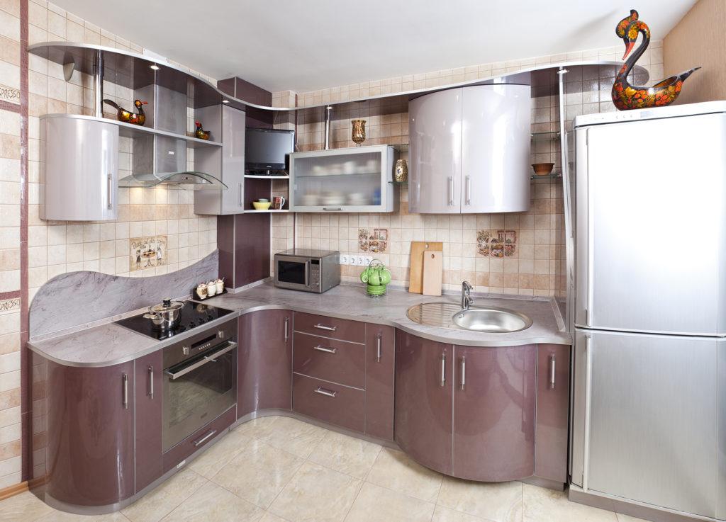 Серебристая кухня с гнутыми фасадами