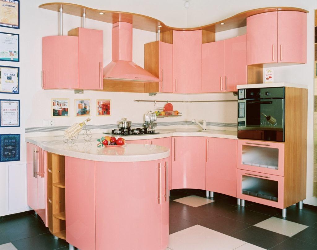 Розовая оригинальная кухня с гнутыми фасадами