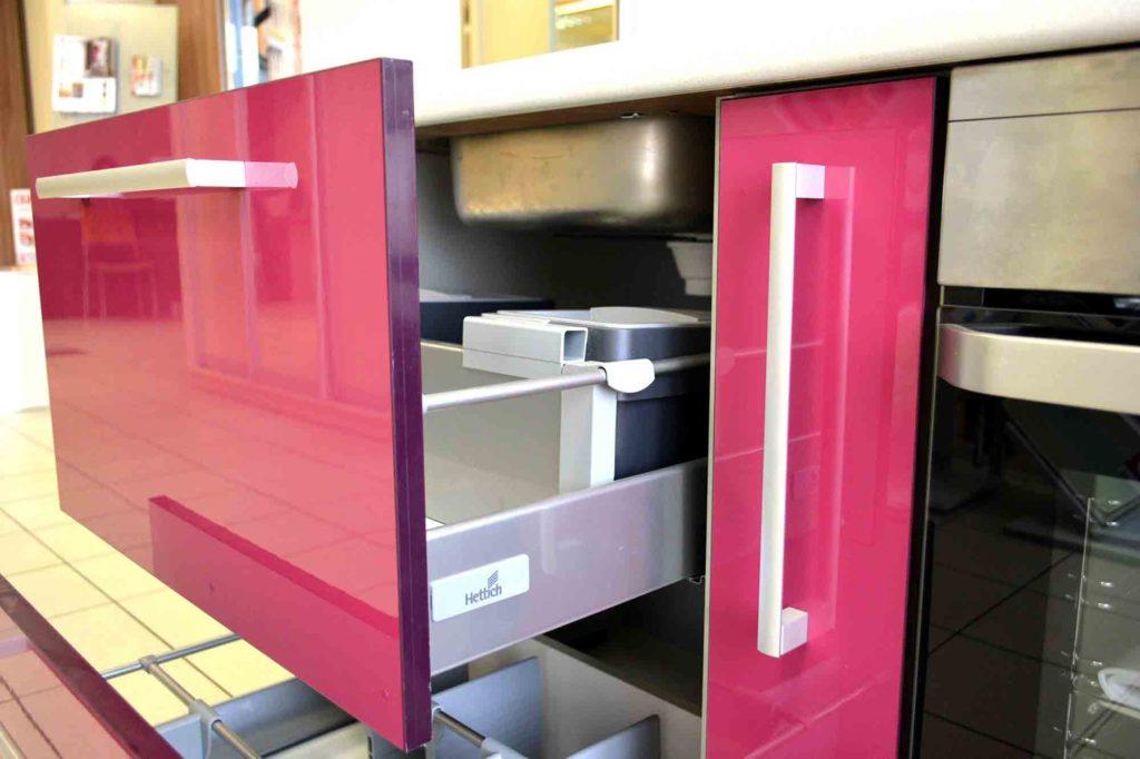 Пластиковый розовый фасад кухни