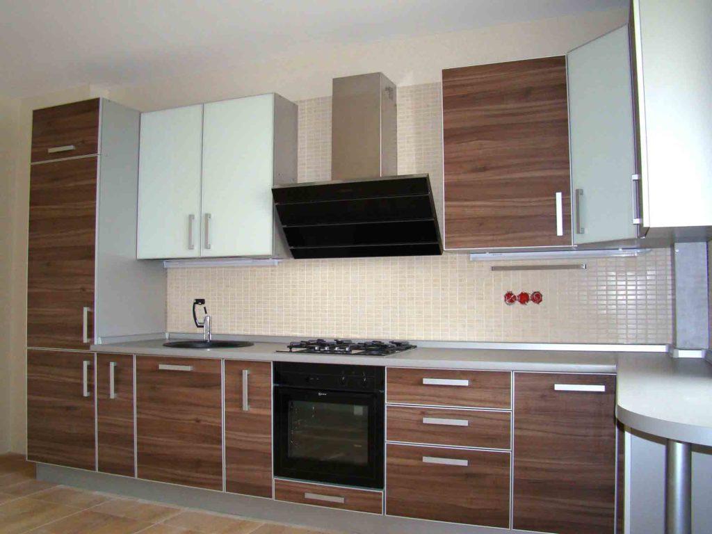 Деревянный фасад кухни с алюминиевыми профилями