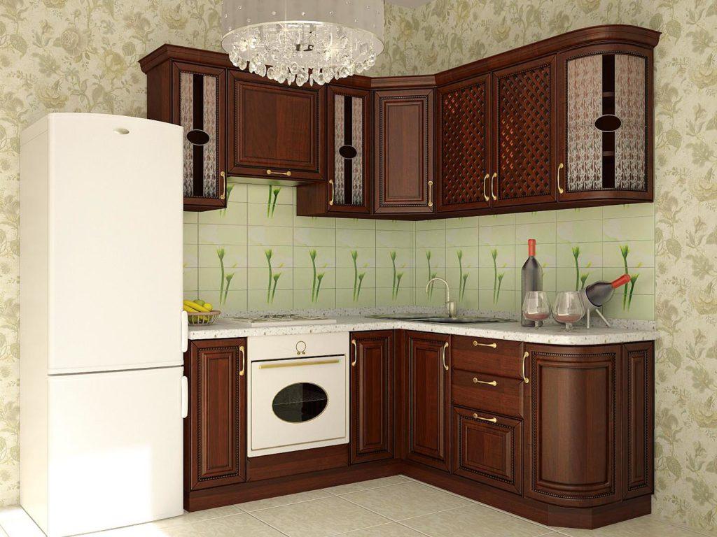 Кухня с зеленым фартуком и деревянными фасадами