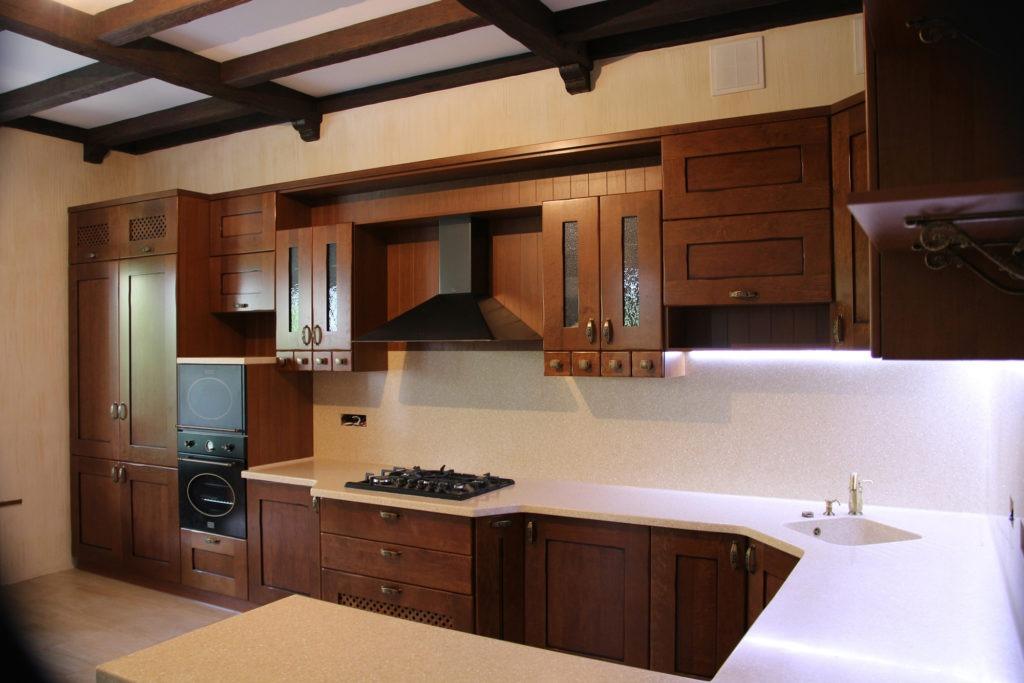 Кухня с деревянными фасадами и каменной столешницей